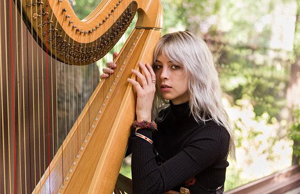MIKAELA DAVIS : « Je suis tombée immédiatement amoureuse de la harpe »
